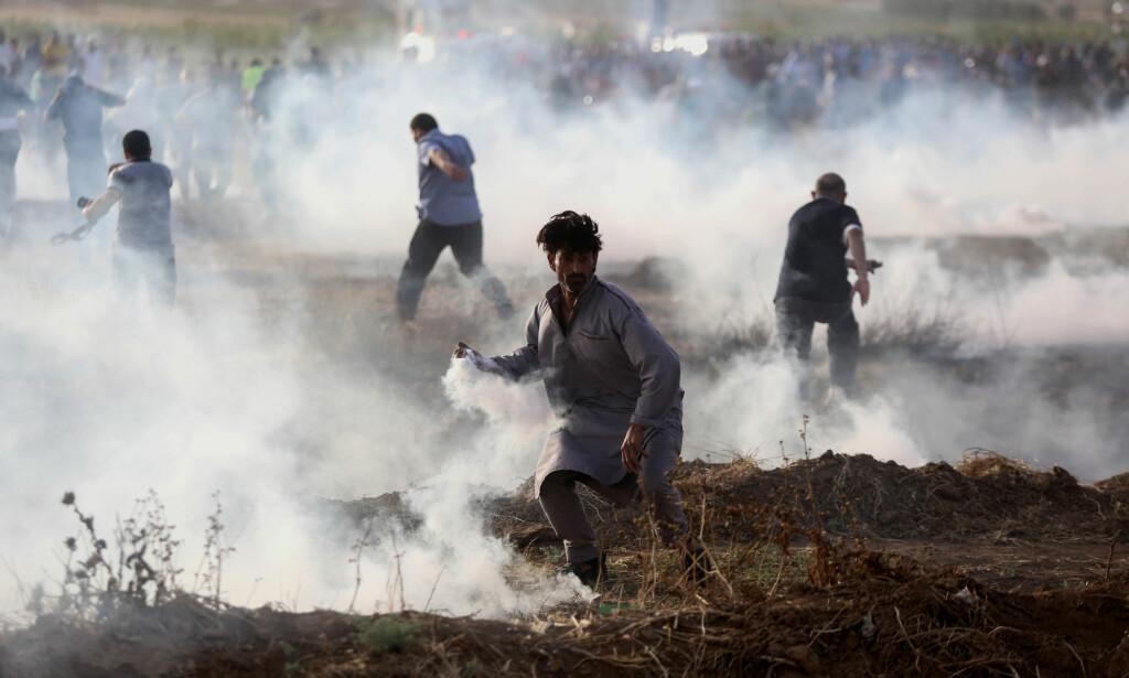 DEMONSTRANTER: Palestinske demonstranter etter sammenstøt med israelske sikkerhetsstyrker på grensa mellom Israel og Gaza, øst i Gaza by, fredag forrige uke. Foto: APAImages / REX / Shutterstock / NTB scanpix
