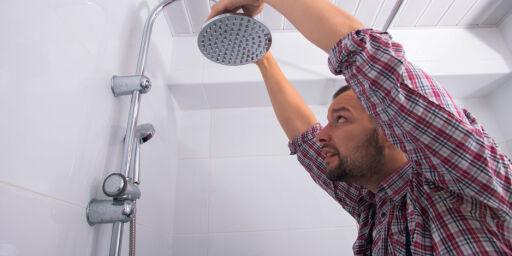 image: Bruk en klinkekule til å sjekke sluket i dusjen