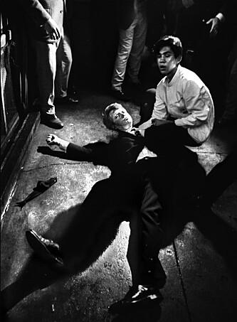 IKONISK BILDE: Det var den amerikanske fotografen Bill Eppridge som tok det ikoniske bildet av senator Kennedy liggende i sitt eget blod på gulvet på Ambassador Hotel i juni 1968. Ved senatorens side kneler ryddegutten Juan Romero. FOTO: NTB Scanpix // Bill Eppridge