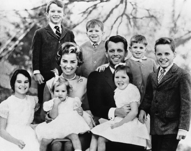 STOR BARNEFLOKK: Ethel og Robert Kennedy fikk til sammen 11 barn. Parets yngste datter, Rory Kennedy, ble født seks måneder etter at senator Kennedy ble skutt. Her er ekteparet fotografert med syv av barna i februar 1963. Øverst til venstre er Robert Kennedy jr. FOTO: NTB Scanpix