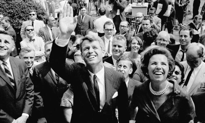 EN POPULÆR MANN: Robert Kennedy seilet opp som en av favorittene til å bli Amerikas 37. president. Her er han og kona Ethel fotografert rett etter at det ble kjent at han ønsket å stille som senator for New York i 1964. FOTO: NTB Scanpix