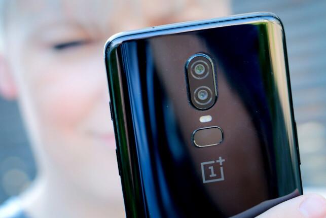 BLANK: Her ser du OnePlus 6 sine to kameraer, blits og fingeravtrykkleser. Samt hvordan telefonen er speilblank. Det du ikke ser, er hvordan den sklir av både hud og klær som et såpestykke. Foto: Ole Petter Baugerød Stokke
