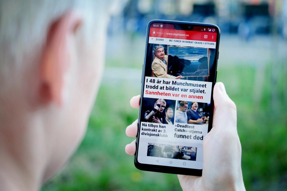 <strong>2018 I ET MOBILSKALL:</strong> Slik ser OnePlus 6 ut i all sin prakt. Skjermen dekker ikke absolutt hele fronten, men vi våger likevel å kalle den heldekkende. Og det gir en brukeropplevelse som faktisk er ganske imponerende. Foto: Ole Petter Baugerød Stokke