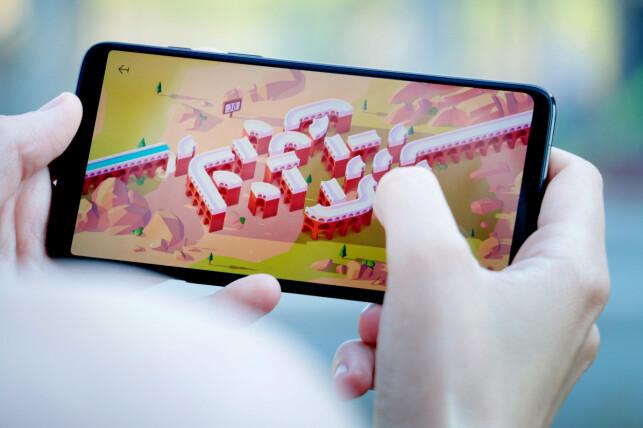RASK NOK: OnePlus 6 er rask nok til å takle de fleste spill, og har en skjerm hvor de kan skinne. Samtidig kan du legge merke til hvordan mange spill og apper ikke utnytter hele skjermen, noe som kan forandre seg etterhvert som tiden går. Foto: Ole Petter Baugerød Stokke