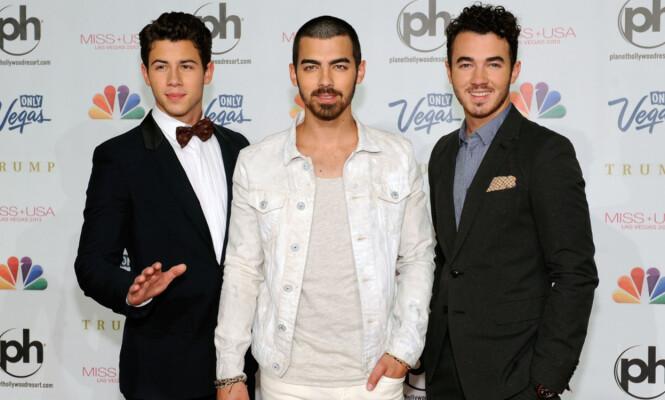 POPULÆR TRIO: Nick Jonas (t.v) ble verdenskjent gjennom popgruppen «The Jonas Brothers» sammen med brødrene sine Kevin og Joe Jonas. Bildet er tatt i 2013. Foto: NTB Scanpix