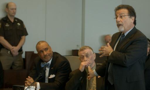 ADVOKATEN: Michael Peterson sammen med advokatene Butch Williams og David Rudolf under rettshøringene som fant sted i 2017. Foto: Netflix