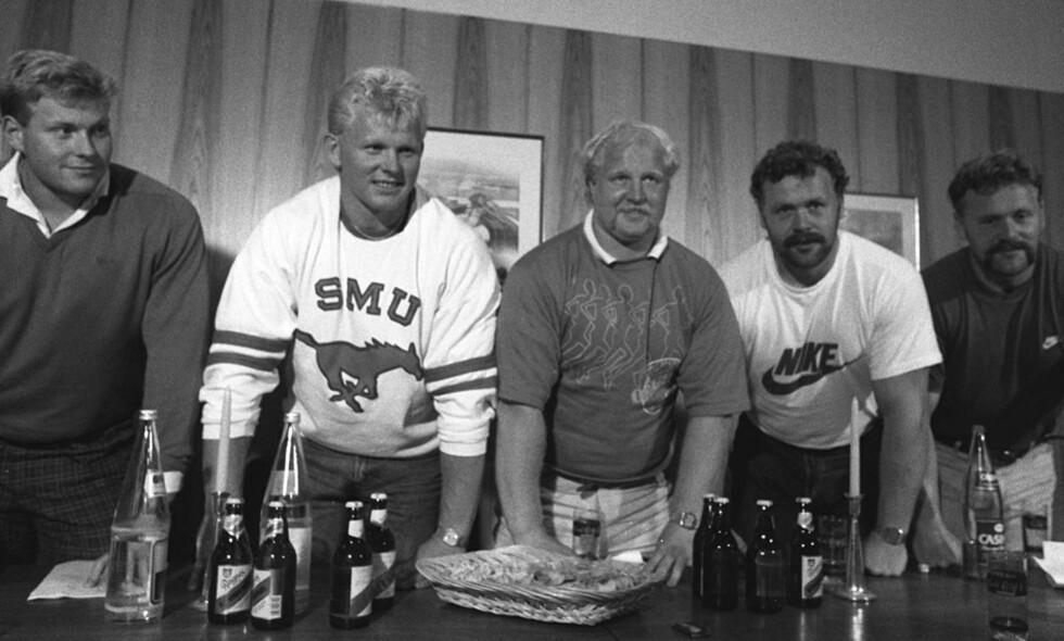"""JUKSEGJENGEN: På tide å stryke alle resultater satt av norske friidrettsutøvere som er blitt tatt for bevisst doping. Her det heostratisk berømte kulestøtlaget fra 1987 med Lars Arvid Nilsen (til venstre), Arne Pedersen, Trond Ulleberg, Jan Sagedal og Kåre Sagedal. De brukte det vanndrivende stoffet probenicide for å skjule dopet, og ble alle dømt for """"å ha brakt norsk idrett i vanry"""". FOTO: Dagbladet"""