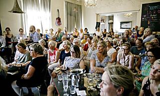 MEST DAMER: Et interessert publikum på Cafe Stift. Foto: Nina Hansen