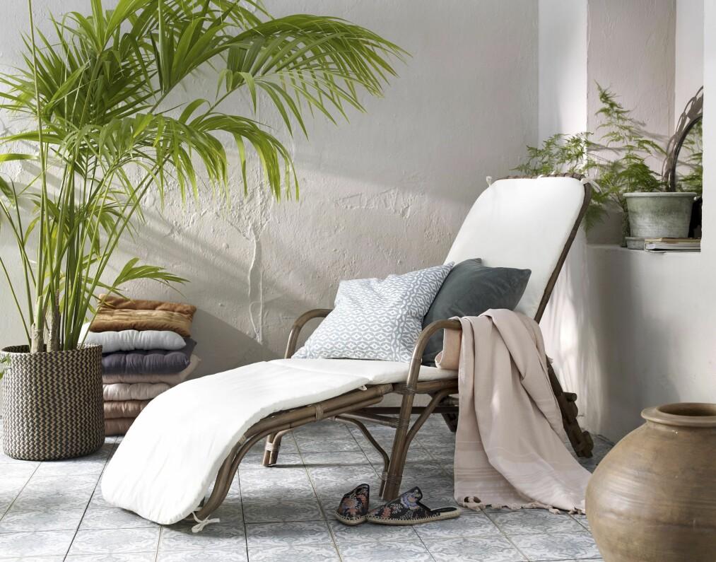 <strong>INTERIØR UTENDØRS:</strong> Gå for ett stort loungemøbel som er deilig å ligge og sitte i – også selv om uterommet er lite. Og dander med planter, pledd og potter. Så lekent, fint og avslappet! Alt fra Ellos.