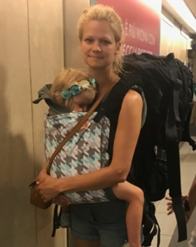 LURT Å HA MED: Bæresele er ifølge Marianne et must når man reiser med små barn på tur. Foto: Privat