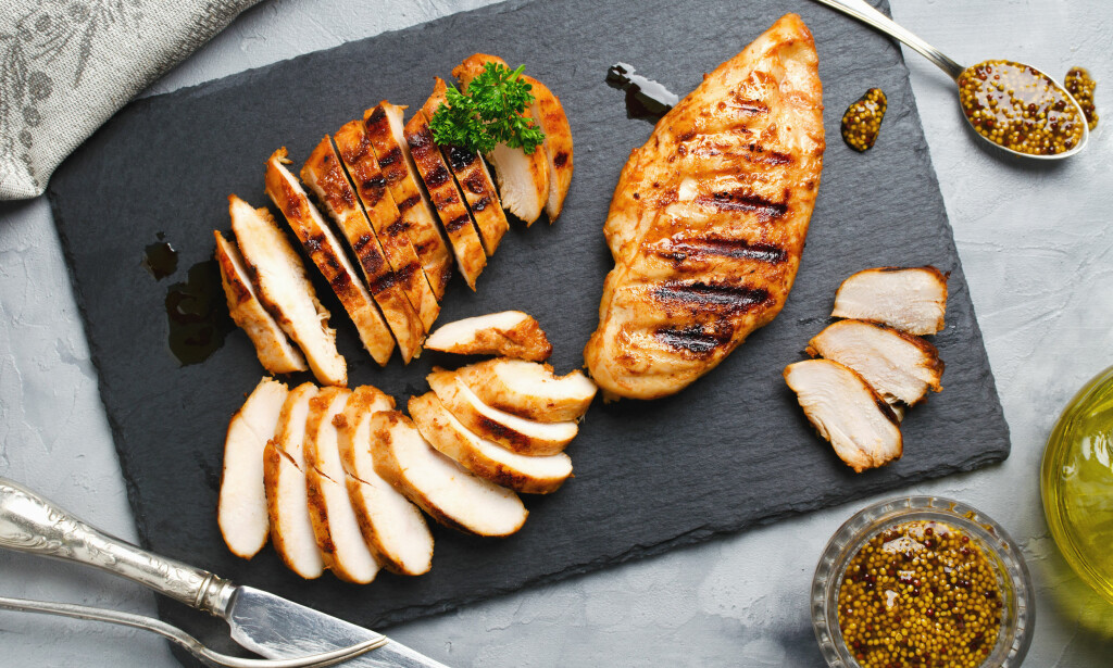 SAFTIG KYLLINGFILET: Å ovnssteke kyllingfilet gir mindre os på kjøkkenet, og krever lite kokkelering. Foto: Scanpix