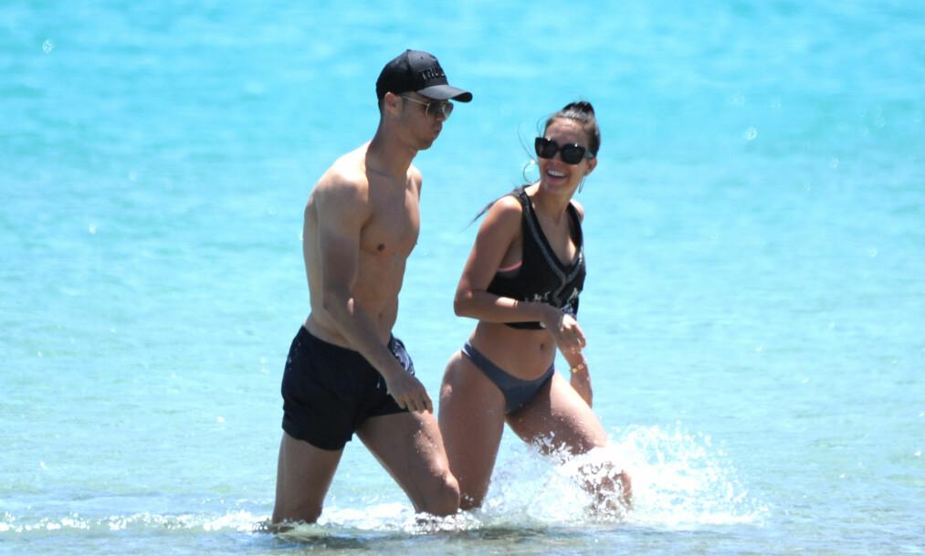 BADENYMFER: Cristiano Ronaldo tok med seg kjæresten Georgina Rodriquez til Ibiza, der de badet og koste seg. Foto: Splash News / NTB Scanpix