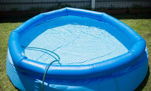 BYTT VANN: Vannet i bassenget bør byttes regelmessig for å unngå bakterier, sier FHI.