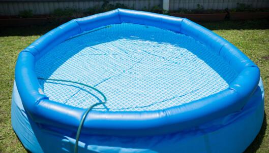 <strong>BYTT VANN:</strong> Vannet i bassenget bør byttes regelmessig for å unngå bakterier, sier FHI.
