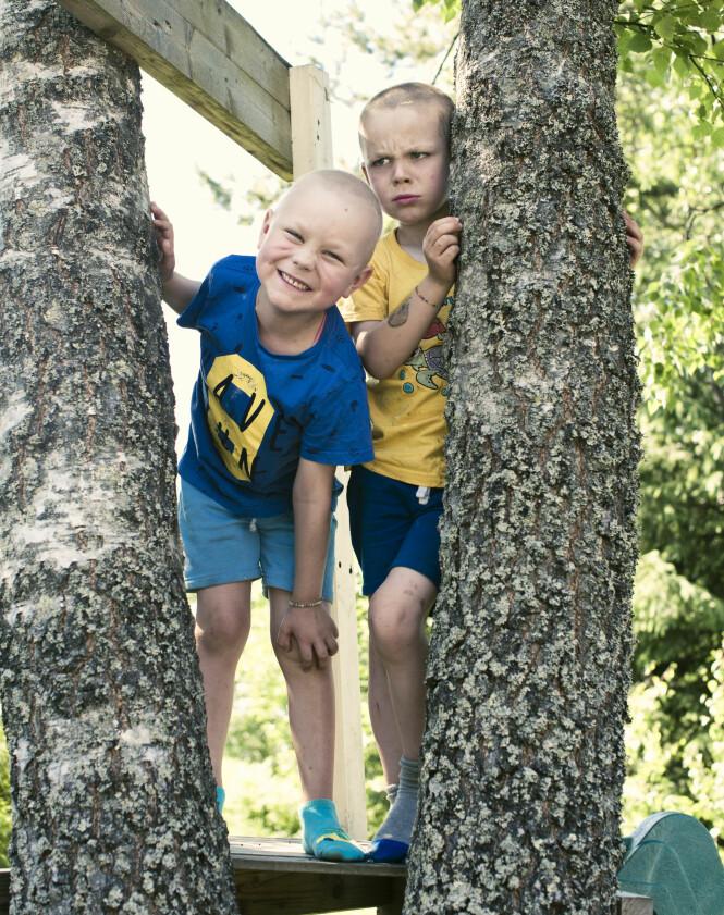 TVILLINGER: I dag er Vetle (t.h) fri for plager etter krefttypen retinoblastom som han hadde i øyet. Emil (t.v.) går på behandling mot leukemi, og prognosene er gode. Foto: Astrid Waller