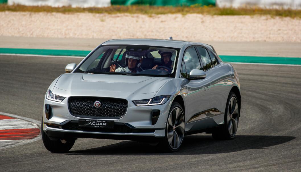<strong>FULL GUFFE:</strong> Dinsides utsendte fikk anledning til å prøvekjøre Jaguar I-Pace på den krevende Portimão-banen alt det remmer og tøy kunne holde. En ting er sikkert: Utviklerne visste hva de holdt på med. Foto: Nick Dimbleby
