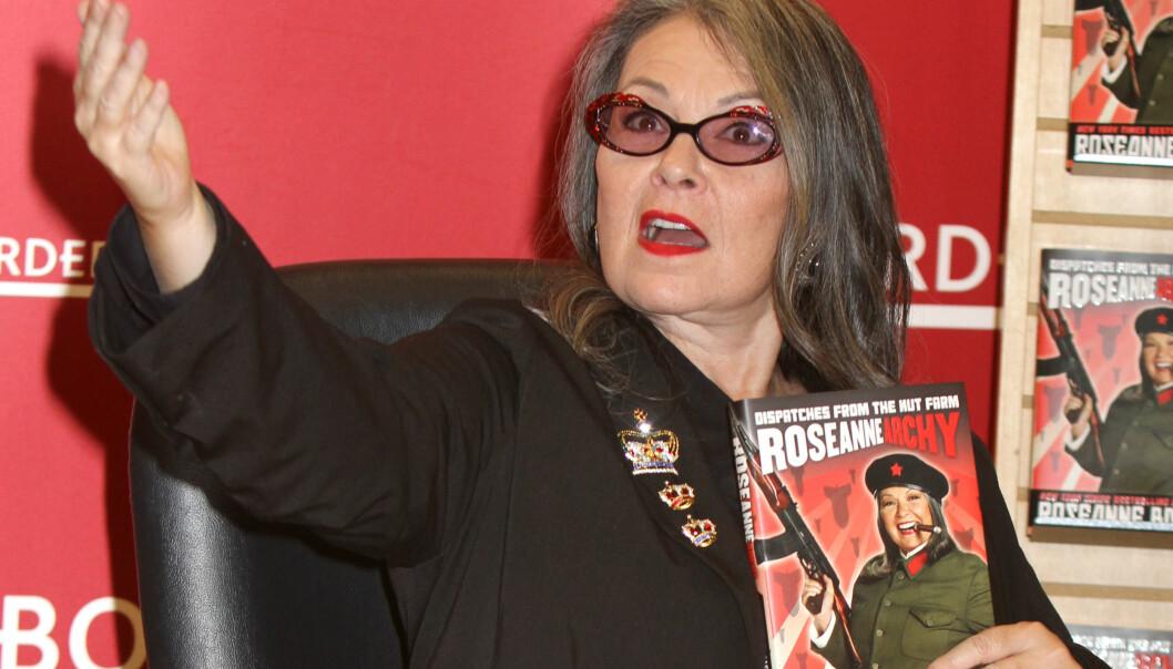 KONTROVERSIELL: Skuespiller og komiker Roseanne Barr fikk denne uka sparken da tv-kanalen ABC besluttet seg for å ta tv-serien av lufta som følge av rasistiske utspill på twitter. Det er imidlertid ikke første gang 65-åringen har satt sinnene i kok. Foto: NTB Scanpix