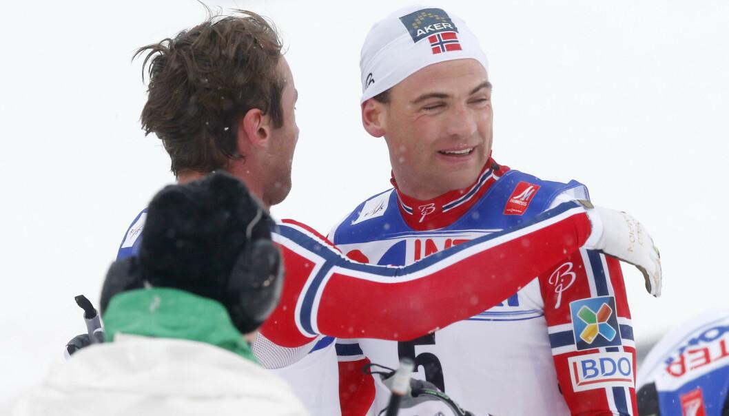 GOD KLEM: Skiløperen fikk en god klem av Petter Northug etter 5-mila i Falun i 2015. Foto: NTB scanpix