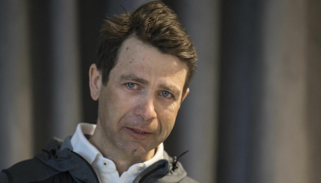 ÆRESMEDLEM: En rørt Ole Einar Bjørndalen avslutter skiskytterkarrieren på et pressetreff på Simostanda i Modum kommune. Nå har han blitt hedret med æresmedlemskap i skiskytterforbundet. Foto: Vidar Ruud / NTB scanpix