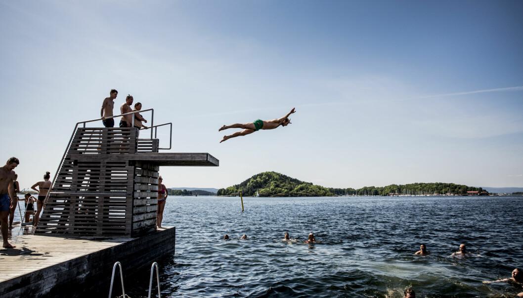 <strong>SISTE DAG MED AFRIKAVARME:</strong> Sondre Solberg fra Jeløya i Moss stuper ut til de andre badegjestene i friskmeldte Sørenga i Oslo. I overskuelig framtid er ikke supertemperaturen 30 i sikte. FOTO: CHRISTIAN ROTH CHRISTENSEN/DAGBLADET.