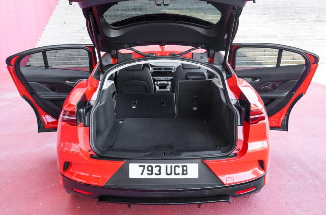 <strong>ROMSLIG:</strong> Bagasjerommet skal i henhold til VDA-normen romme 530 liter. Det er bra. Jaguar oppgir selv på sedvanlig vis et større volum - antakelig beregnet til taket. Maksimalt volum med setene nede: 1453 liter. Foto: Nick Dimbleby