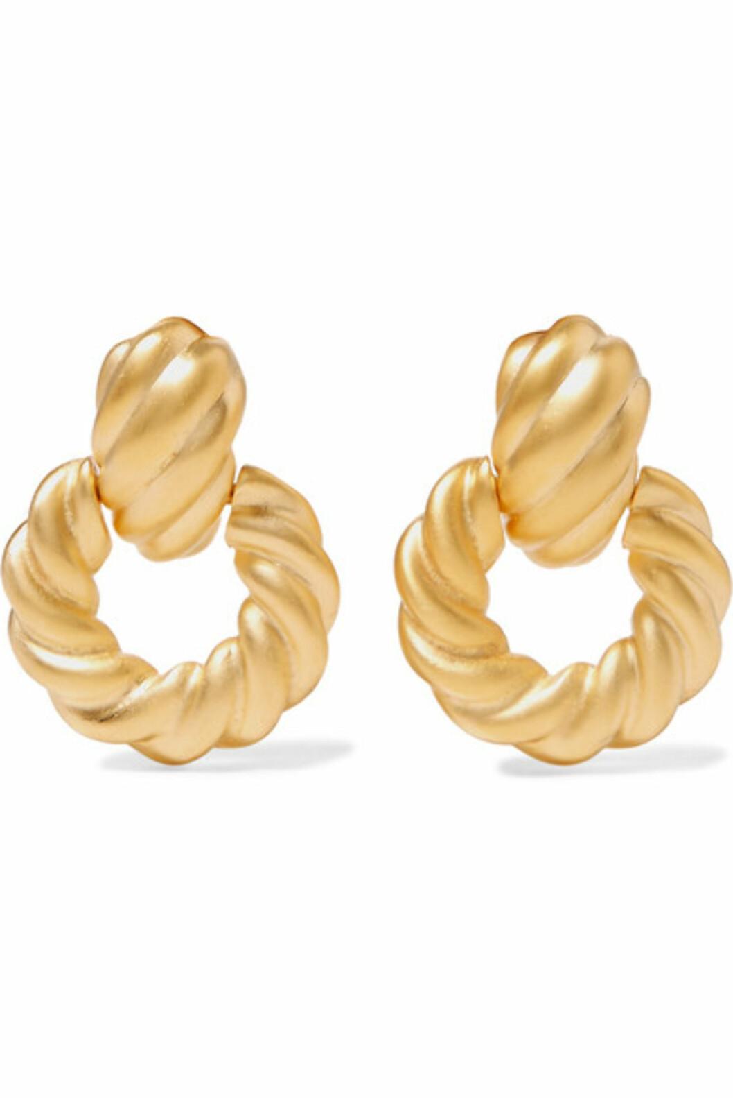 <strong>Øredobber fra Kenneth Jay Lane |437,-| https:</strong>//www.net-a-porter.com/no/en/product/1064399/kenneth_jay_lane/gold-tone-clip-earrings