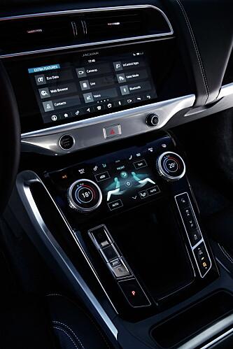 <strong>KOMMANDOSENTRALEN:</strong> Touch Pro Duo er tilpasset den spesifikke I-Pace-designen. Med litt tilvenning, viser den seg svært god å bruke. Foto: Nick Dimbleby