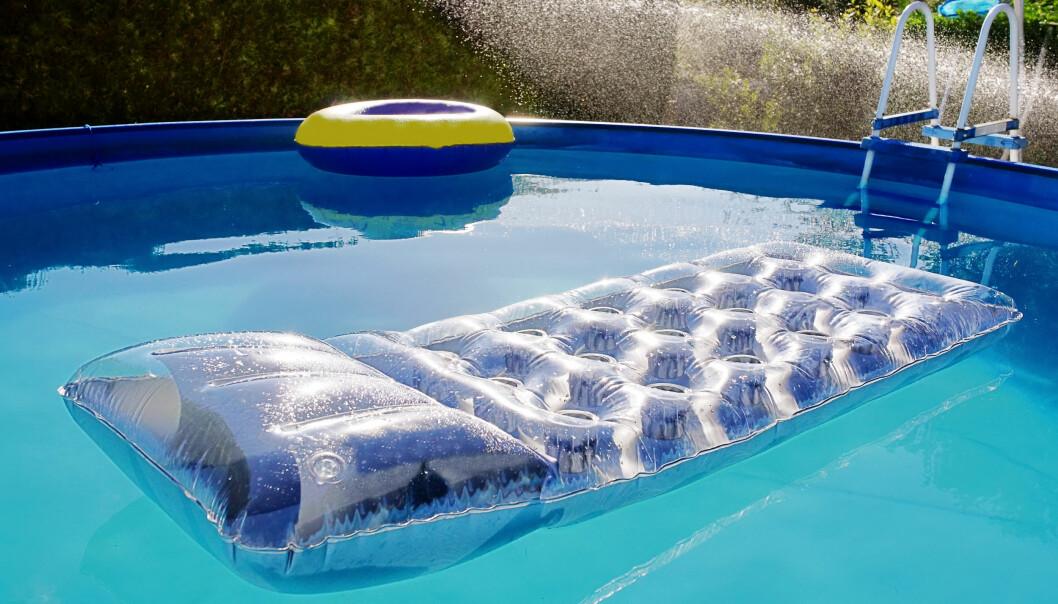 <strong>BØR RENSES:</strong> Er bassenget hyppig brukt i sommervarmen? Da bør det også renses jevnt og trutt, ifølge ekspertene. Foto: NTB Scanpix