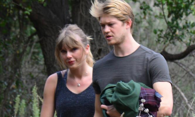 KJÆRESTER: Taylor og Joe holder en lav profil, og det er ikke ofte at vi ser dem sammen. Her er de avbildet på tur i Malibu i Mars. Foto: Splash News / NTB Scanpix