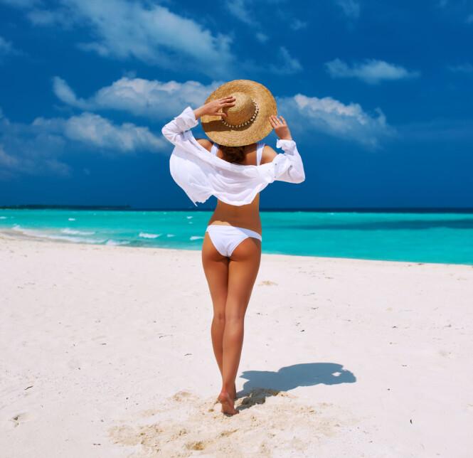 FARGEN KAN FALME: Saltvann, klor og solkrem gjør at fargene på badetøyet ditt falmer, så sørg for å skylle tøyet i lunkent ferskvann etter en dag på stranden eller ved bassenget. Foto: Scanpix