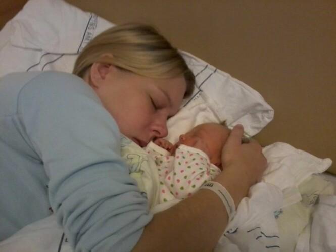 <strong>FIKK EN DATTER:</strong> Helene fikk datteren Sophia før hun døde. Her ligger mor og datter kort tid etter fødselen. Foto: Privat.