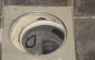 MEMBRAN: Her ser du skadet membran i sluk. Dette hullet betyr at badet må pusses opp. Foto: NTF.