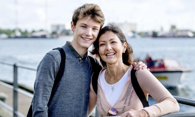 NYTT LIV: Grevinne Alexandra og hennes yngste sønn, prins Felix (15), avbildet i tilbakelente omgivelser i fjor høst. Foto: NTB Scanpix