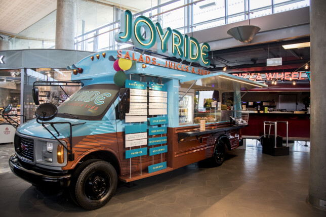 MATVOGNER: Fire food trucks og en drikkevogn på et område gjør det enkelt å bestille - og køene mindre enn om det hadde vært én restaurant.