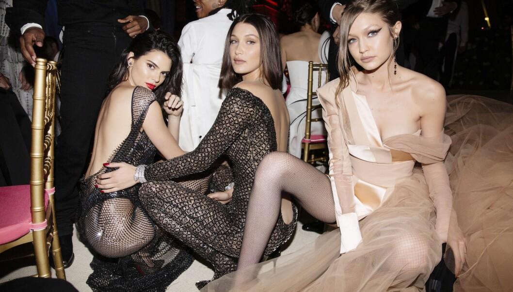 KLINTE MED BROREN: Kendall Jenner (t.v.) skal ha klint til med lillebroren til venninnene Bella og Gigi Hadid etter en moteprisutdeling i New York mandag. Her er trekløveret avbildet sammen i storbyen i fjor. Foto: Taylor Jewell/Vogue/REX/Shutterstock/ NTB scanpix