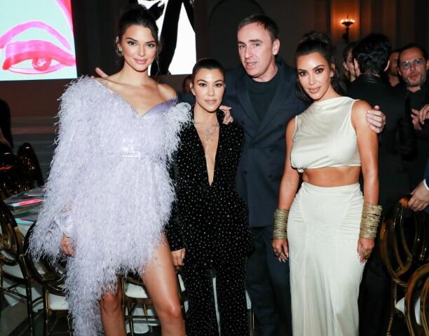 PÅ MOTEFEST: Kendall Jenner med søstrene Kourtney og Kim Kardashian, samt Raf Simons - kreativ leder hos Calvin Klein - på CFDA Awards mandag. Foto: Neil Rasmus/ BFA /REX/ Shutterstock/ NTB scanpix