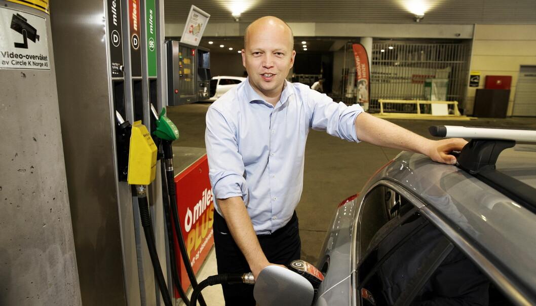 RAMMER BILAVHENGIGE: Sp-leder Trygve Slagsvold Vedum mener at høye drivstoffpriser særlig rammer folk som er avhengig av bil for å komme seg på jobb, bosatt i områder av Norge der det offentlig transporttilbudet er mangelfullt. Foto: Henning Lillegård / Dagbladet .