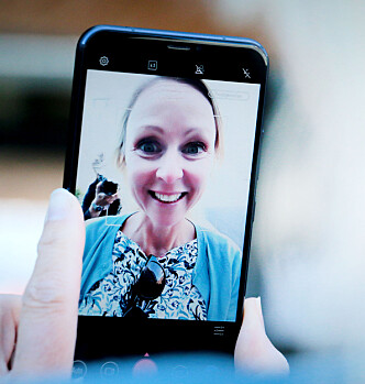 <strong>HJELP:</strong> Slik ser ikke kollegaen min ut. Men slik ser hun ut når hun peiser på med Asus Zenfone 5 sine filtre for «skjønnhet». Foto: Ole Petter Baugerød Stokke