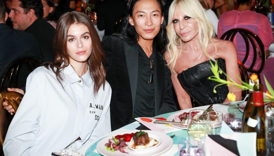 MOTEFIFFEN: Modell Kaia Gerber sammen med stjernedesignerne Alexander Wang og Donatella Versace. Foto: Neil Rasmus/BFA/REX/Shutterstock/ NTB scanpix