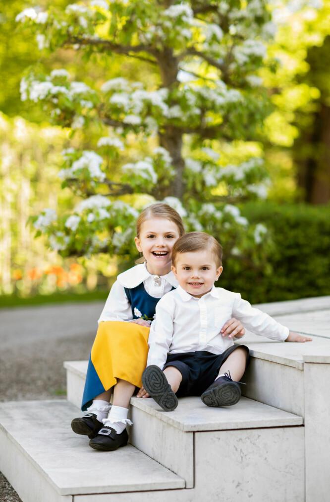 SØT DUO: Prinsesse Estelle og prins Oscar leverer sine søteste smil på det nye portrettet i anledning Sveriges nasjonaldag 6. juni. Foto: Linda Broström, Kungahuset.se
