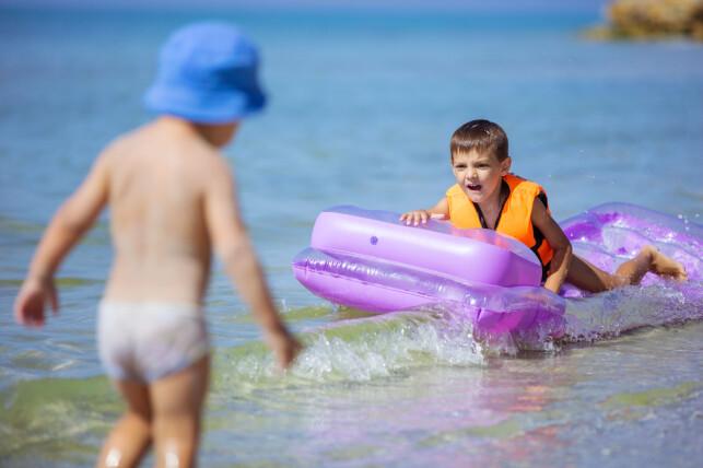 BRUK REDNINGSVEST! Små barn bør bruke redningvest ved lek med oppblåsbare badedyr eller badeleker. Da kjøper du deg tid til å reagere dersom det skulle skje noe uventet. Foto: Shutterstock/NTB scanpix