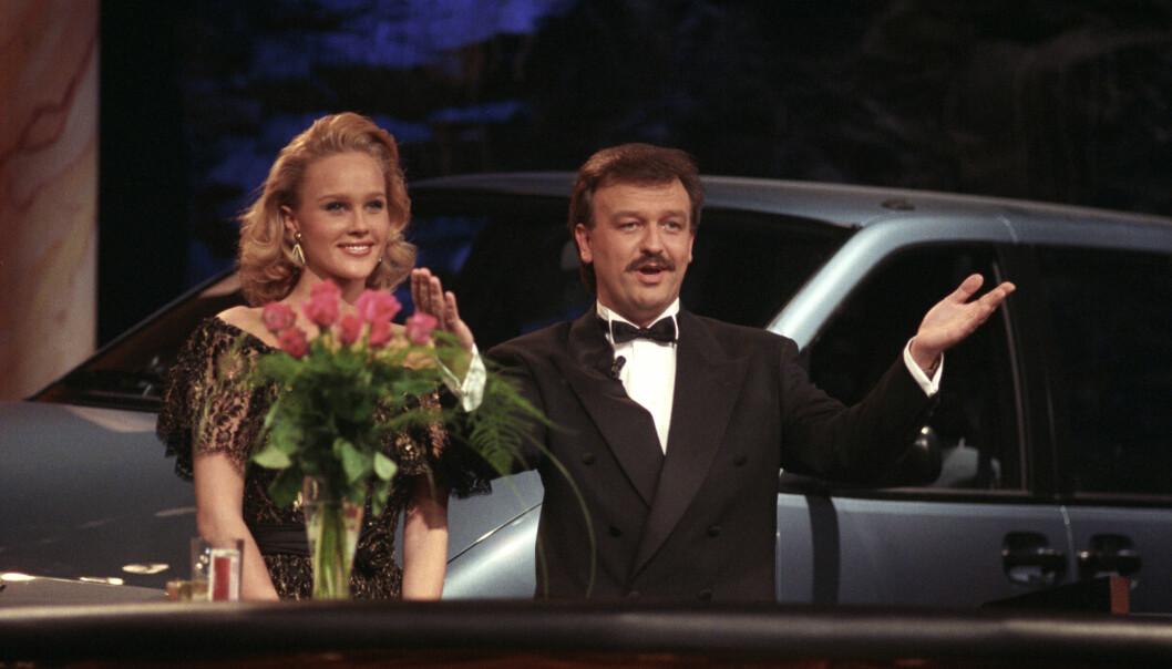 <strong>DEN GANG DA:</strong> Birgitte Seyffarth og Hallvard Flatland under det direktesendte gameshowet Casino. Dette bildet er tatt i 1990. FOTO: NTB Scanpix