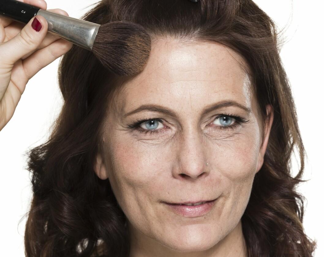 1. Bruk en myk, stor kost, og legg solpudder langs hårfestet, på nesen og under kinnbeina for åforme ansiktet og gi det farge.