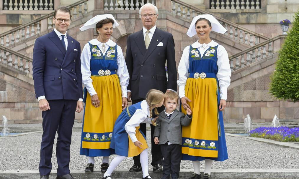 MUNTRET OPP OSCAR: Prinsesse Estelle ga lillebror prins Oscar en liten oppmuntring mens kongefamilien poserte for pressen på Logården på Stockholm slott onsdag. Foto: Jonas Ekströmer/TT / NTB scanpix