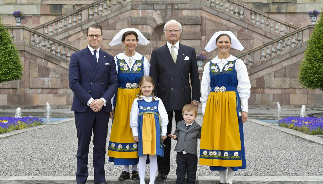 FESTPYNTET: Kong Carl Gustaf, dronning Silvia, kronprinsesse Victoria, prins Daniel og prinsesse Estelle smilte bredt til fotografene på Logården. Prins Oscar så hakket med skeptisk ut. Foto: Jonas Ekströmer/TT / NTB scanpix