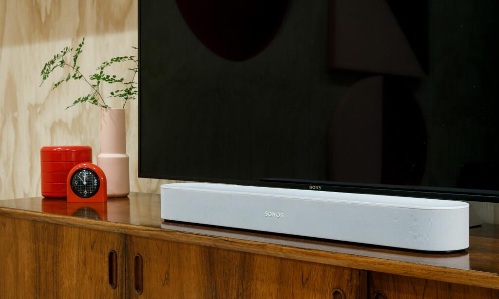 SMART LYDPLANKE: Sonos har lansert en ny, mer kompakt lydplanke kalt Beam. Det er selskapets første lydplanke som støtter stemmestyring. Foto: Sonos