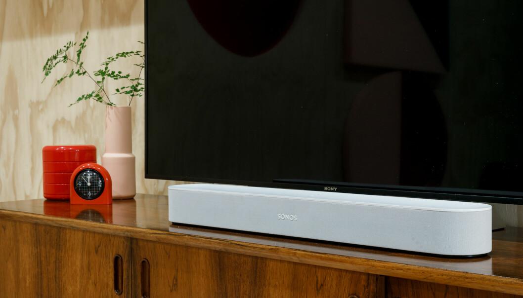 <strong>SMART LYDPLANKE:</strong> Sonos har lansert en ny, mer kompakt lydplanke kalt Beam. Det er selskapets første lydplanke som støtter stemmestyring. Foto: Sonos