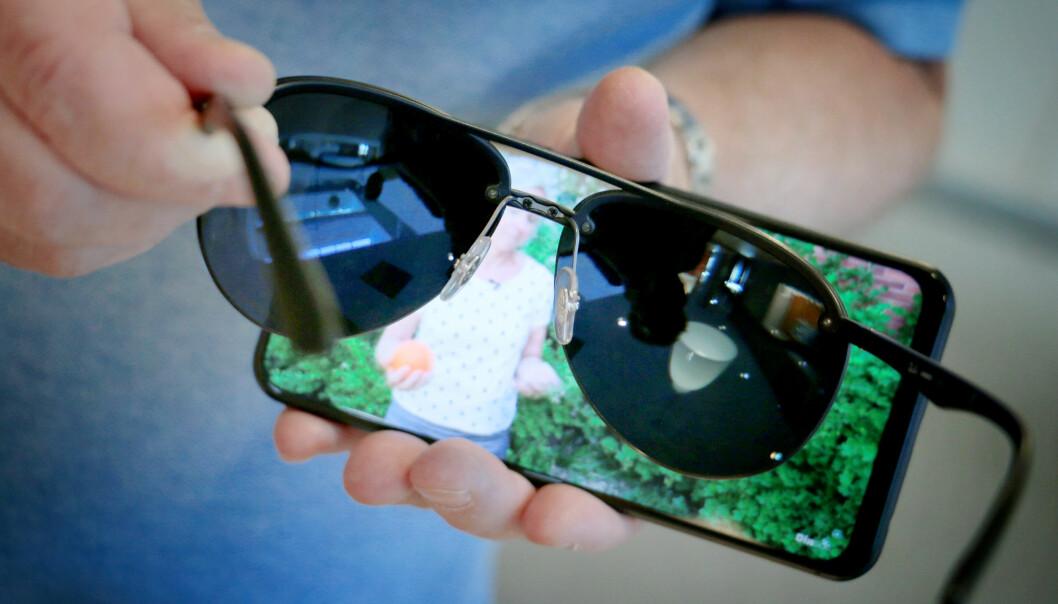 <strong>FORSKJELL:</strong> Noen mobilskjermer fungerer helt fint med polariserte solbrinner. Andre, som denne, «forsvinner» når bildet vises vannrett. Foto: Ole Petter Baugerød Stokke.
