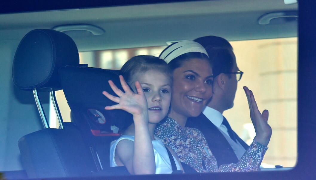PÅ VEI TIL DÅPEN: Prinsesse Estelle i bilen på vei til Drottningholms slottskirke i Stockholm fredag formiddag for kusinens dåp. Men kort tid før kirkeklokkene ringte inn måtte prinsesse Estelle melde avbud på grunn av akutt sykdom. FOTO: NTB scannpix