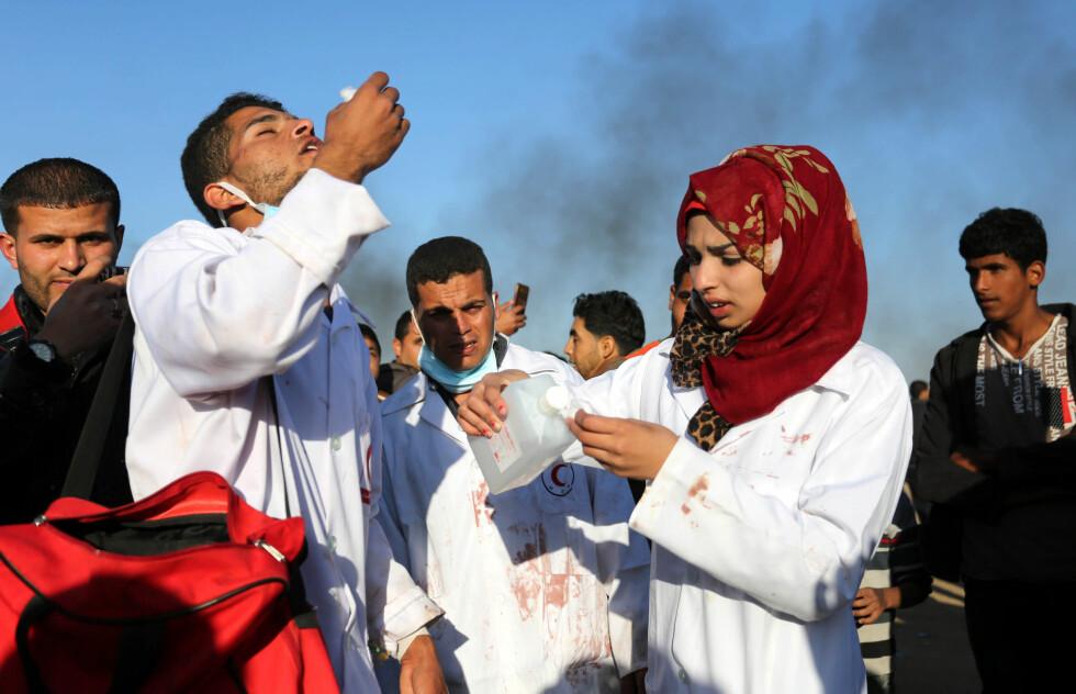 KAMPEN OM SANNHETEN: 1. juni døde helsearbeideren Razan al-Najjar (21), etter å ha blitt skutt av israelske soldater. Israel beskylder al-Najjar for å være et levende skjold for Hamas, mens sosiale medier raser over beskyldningene. Her er hun ute og hjelper skadde Gaza-borgere en måned tidligere, 1. april. Foto: Ashraf Amra / Zuma Press / Scanpix